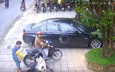Bức xúc 2 nam thanh niên đi Honda SH ăn trộm 3 thùng bia